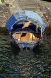 Één die boot dichtbij het water wordt vastgelegd Stock Foto
