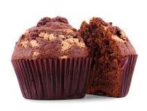 Één die chocolade cupcake in helft wordt gesneden, op witte achtergrond wordt de geïsoleerd stock afbeeldingen