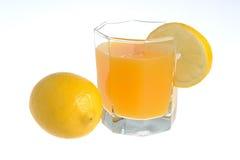 Één die citroen met glas met een plak van citroen met citrusvrucht wordt gevuld ju Royalty-vrije Stock Fotografie