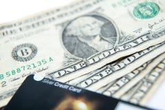 Één die dollarrekeningen, met betaalpas op bovenkant worden gewaaid royalty-vrije stock afbeelding