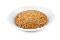Één die koekje in schotel op wit wordt geïsoleerd Royalty-vrije Stock Foto's