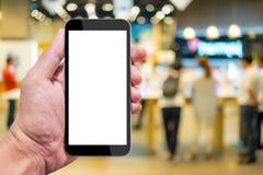 Één die smartphone in IT winkel proberen Stock Afbeelding