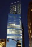 Één die World Trade Centerspits in een glaswolkenkrabber wordt weerspiegeld Royalty-vrije Stock Foto's