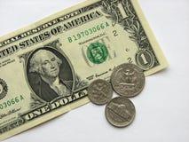 Één dollar en muntstukken, geld, munt van de V.S., macrowijze Stock Foto