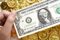 Één dollar op hand Stock Foto