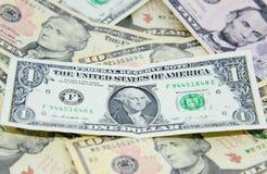 Één dollarbankbiljet op anderen Stock Afbeeldingen