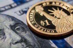 Één dollarmuntstuk - het Standbeeld van Vrijheid - op honderd dollarsrekeningen Royalty-vrije Stock Foto's
