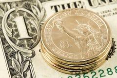 Één dollarmuntstuk op nota Royalty-vrije Stock Foto
