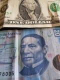 één dollarrekening en 20 peso's van Mexico, achtergrond en textuur Stock Foto's