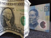 één dollarrekening en 20 peso's van Mexico, achtergrond en textuur Stock Afbeeldingen