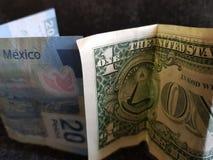 één dollarrekening en 20 peso's van Mexico, achtergrond en textuur Stock Afbeelding