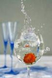 Één drinkbeker met zoet water en aardbei royalty-vrije stock afbeelding