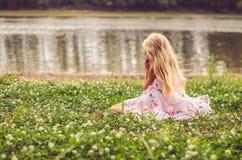 Één eenzame kindzitting in het gras door de rivier royalty-vrije stock foto's