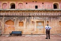 Één eenzame toerist leest het artikel over geschiedenis van Amber Fort royalty-vrije stock foto