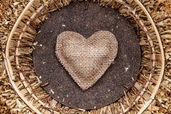 Één enkel hart binnen een mand Stock Foto