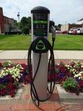 Één enkel het laden punt voor elektrische voertuigen in Main Street van een landelijke stad stock fotografie