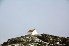Één enkel huis op de bovenkant van berg Stock Foto's