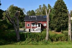 Één enkel losgemaakt huis die zonnepanelen gebruiken stock fotografie