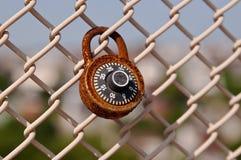 Één enkel oud roestig slot op een omheining van de kettingsverbinding Royalty-vrije Stock Foto's