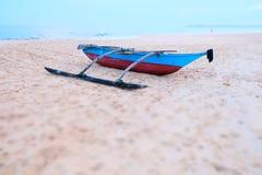 Één enkele boot in het strand, Sri Lanka, Azië royalty-vrije stock foto's