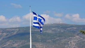 Één enkele Griekse vlag op akropolisheuvel, Athene, Griekenland, 4k stock videobeelden