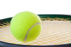Één enkele tennisbal op een tennisracket Stock Fotografie