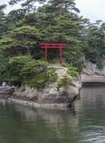 Één enkele toriipoort op een eiland in Matsushima, Japan. Stock Foto's