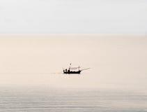 Één enkele vissersboot in het overzees Stock Foto