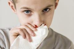 Één ernstige jongen gebruikt weefsel ophouden aftappend neus Royalty-vrije Stock Foto's