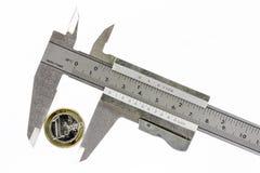 Één euro in een kalibermeter Stock Foto's