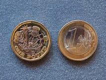 Één Euro en Één Pondmuntstukken royalty-vrije stock afbeelding