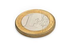 Één euro muntstuk dat op witte achtergrond wordt geïsoleerd Stock Foto's