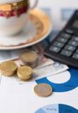 Één euro muntstuk en stapels van andere op document bladen Stock Foto's