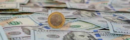 Één euro muntstuk tegen de dollarbankbiljetten royalty-vrije stock afbeelding