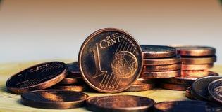 Één Eurocent-muntstuk op de achtergrond van muntstukken Stock Afbeelding