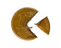Één Eurocentmuntstuk dat in stukken wordt gesneden Stock Afbeelding