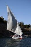 Één Felucca die in de rivier van Nijl vaart - Egypte Royalty-vrije Stock Foto's