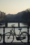 Één fiets dichtbij het kanaal in Amsterdam Royalty-vrije Stock Fotografie