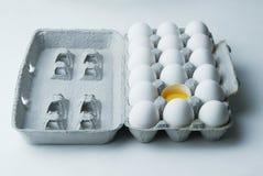 Één Gebroken Ei in Doos van Achttien Royalty-vrije Stock Afbeeldingen