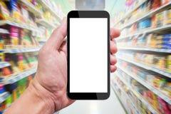 Één gebruikend smartphone in supermarkt Royalty-vrije Stock Fotografie