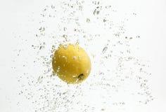 Één geel citroen en water. Royalty-vrije Stock Afbeeldingen