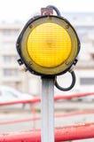 Één geel signaallicht Royalty-vrije Stock Afbeeldingen