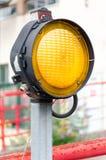 Één geel waarschuwingssignaallicht Stock Foto's
