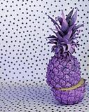 Één gekleurde ananas op zwart-witte achtergrond stock foto's