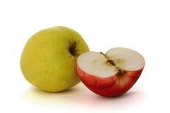 Één gele appel en halve roodappel Stock Afbeelding