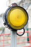 Één gele signaalstraatlantaarn Royalty-vrije Stock Foto's