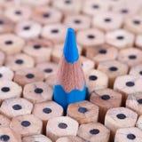 Één gescherpt blauw potlood onder vele degenen royalty-vrije stock afbeelding