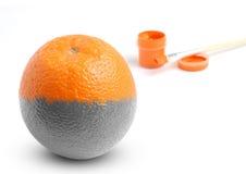 Één geschilderde sinaasappel. Stock Foto's