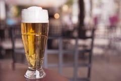 Één glas bier op de lijst stock afbeelding