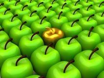 Één gouden appel onder achtergrond van groene appelen Royalty-vrije Stock Foto's